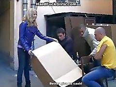 Толпа голодных мужиков поймала блондинку в парке — pic 3